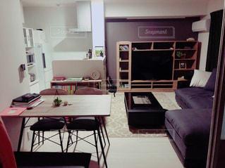 リビング ルームの家具と暖炉でいっぱいの写真・画像素材[1803913]