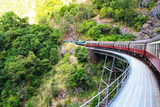 下り列車を走行する列車は森の近く追跡します。の写真・画像素材[1815132]