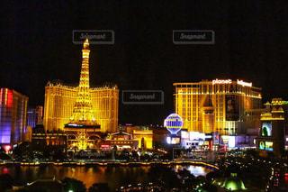 夜のライトアップされた街の写真・画像素材[1815771]