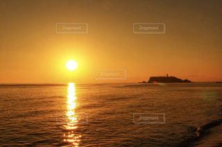 七里ガ浜からの夕日の写真・画像素材[1860627]