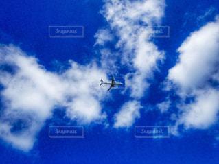 空を飛んでいる飛行機の写真・画像素材[1860773]
