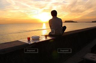 男性,海,空,夕日,太陽,後ろ姿,夕焼け,夕暮れ,海岸,オレンジ,人物,背中,後姿