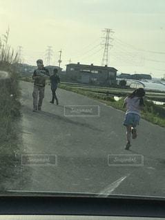 走る,ランニング,8歳,娘,パパ好き,パパの元へ,川で釣り