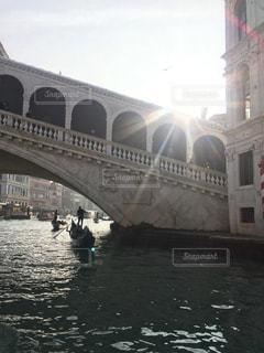 風景,空,建物,屋外,海外,太陽,ボート,川,水面,水辺,光,旅行,アーチ,イタリア,ベネチア,石,ゴンドラ,ヴェネツィア,ローカル,運河,ビンテージ,日中,雑然,岸辺,狭い道