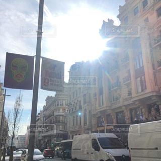 風景,空,建物,屋外,海外,太陽,車,日常,街,光,旅行,旗,スペイン,混雑,海外旅行,ローカル,マドリード,日中,雑然