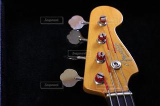 近くにギターのアップの写真・画像素材[802450]
