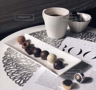 テーブルの上のコーヒー カップの写真・画像素材[1785714]
