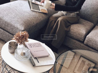 革張りの椅子に座る人の写真・画像素材[1785732]