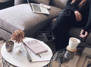 一杯のコーヒーをテーブルに着席した人の写真・画像素材[1785733]