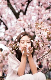 花を食べる女の写真・画像素材[1791818]