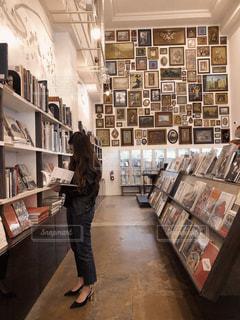 女性,屋内,海外,室内,本,図書館,レトロ,人物,旅行,絵画,雑誌,本棚,ライブラリー,フィルム,フィルム写真,フィルムフォト