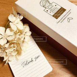 花,文字,プレゼント,英語,テーブル,ノート,メッセージ,ありがとう,手書き,Thank you,伝える,手書き文字,筆記体,ミニノート,お菓子の箱