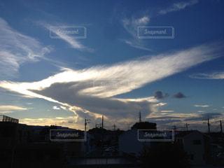 鳥の翼のような雲の写真・画像素材[1861542]