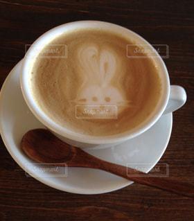 カフェ,ラテアート,コーヒーアート,ウサギ,白いカップ,木のスプーン,ミルクティー色