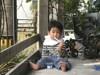 ベンチに座っている少年の写真・画像素材[1787032]