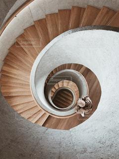 ぐるぐる階段の写真・画像素材[2148418]