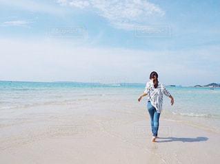 海,夏,屋外,ビーチ,青,後ろ姿,裸足,女の子,人物,背中,人,シャツ,デニム,インスタ映え