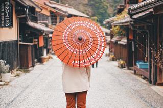 女性,風景,傘,屋外,後ろ姿,オレンジ,人物,背中,道,人,後姿,歩道,地面