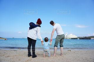 女性,男性,家族,風景,海,空,屋外,ビーチ,後ろ姿,水面,人物,背中,人,後姿,幼児,少年