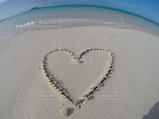 海,夏,砂,ビーチ,砂浜,水面,ハート,ブルー,地面,手書き,マーク,フォトジェニック,インスタ映え,ハートフォト