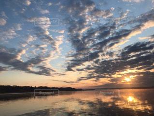 水の体に沈む夕日の写真・画像素材[1861320]
