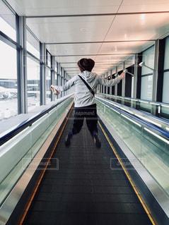 女性,30代,後ろ姿,ジャンプ,人物,背中,人,後姿,旅行,空港