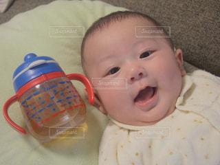 ストローマグと赤ちゃん。の写真・画像素材[2009048]