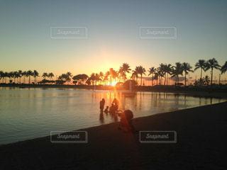 ビーチサイドの夕焼けの写真・画像素材[2859139]