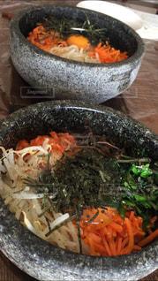 テーブルの上に食べ物のボウルの写真・画像素材[1790069]
