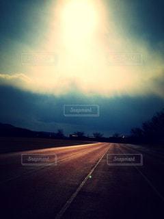 トラックから見る空の写真・画像素材[1867924]