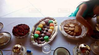 食べ物,パーティ,子供,女の子,デザート,皿,ビスケット,チョコ,マカロン,バレンタインデー,お茶会,つまみ食い,ガーデンパーティ