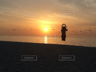 モルディブ,夕日,太陽,ジャンプ,影,シルエット,女の子,ハート,浜辺,夕陽,サンセット,モルジブ,跳ぶ,マレ,手でハート