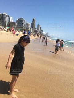 女性,ファッション,風景,空,ビル,屋外,砂,ビーチ,黒,海岸,女の子,人物,人,オーストラリア,コーディネート,コーデ,サーファーズパラダイス,ゴールドコースト,ブラック,黒コーデ