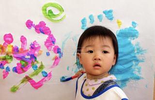 屋内,かわいい,カラフル,子供,女の子,少女,ペン,人,赤ちゃん,幼児,紙,筆,おえかき,絵具,おうち時間