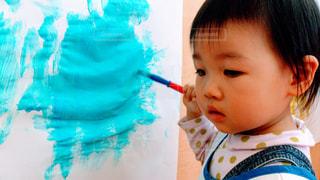子ども,屋内,絵の具,水色,女の子,ペン,赤ちゃん,幼児,紙,筆,おえかき,おうち時間