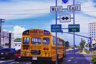 街で黄色のスクールバスの写真・画像素材[1814857]