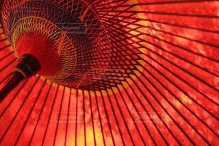 赤い傘のクローズアップの写真・画像素材[2216515]