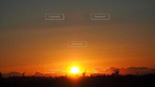 自然,風景,空,冬,屋外,太陽,朝日,夜明け,オレンジ,正月,お正月,日の出,グラデーション,新年,初日の出,朱色,冬の空,sunrise