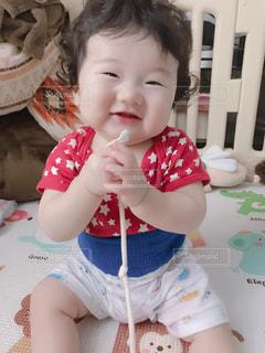 テーブルの上に座っている赤ん坊の写真・画像素材[2342348]