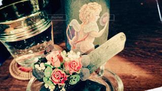 近くのテーブルの上にコーヒー カップをの写真・画像素材[1885403]