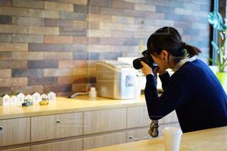 ストックフォトを撮影している女性の写真・画像素材[1863576]