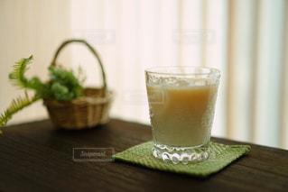 飲み物,リビング,茶色,窓,カーテン,テーブル,かご,グラス,グリーン,ベージュ,ミルクティー,ミルクティー色