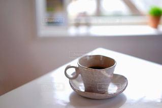 飲み物,カフェ,コーヒー,朝食,屋内,窓,テーブル,カップ,グリーン,ベージュ,飲料,コーヒー カップ,ミルクティー色