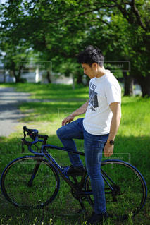 Tシャツで自転車に乗る男性の写真・画像素材[2139280]