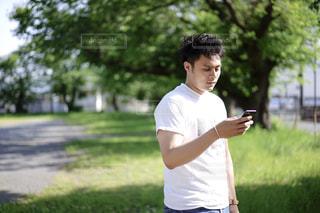 スマホを見ている男性の写真・画像素材[2283200]