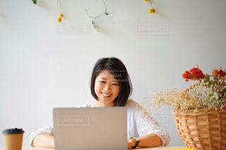 パソコンで仕事をする女性の写真・画像素材[2311451]