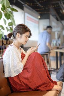 スマホを見ている女性の写真・画像素材[2325457]