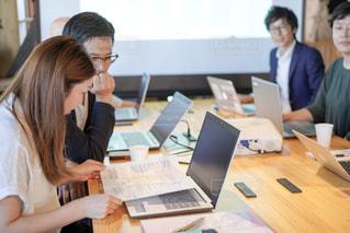 コンピュータを使って会議をする人達の写真・画像素材[2405429]