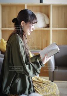 読書をする女性の写真・画像素材[2486545]