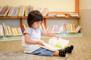 本を読んでいる小さな女の子の写真・画像素材[2495967]